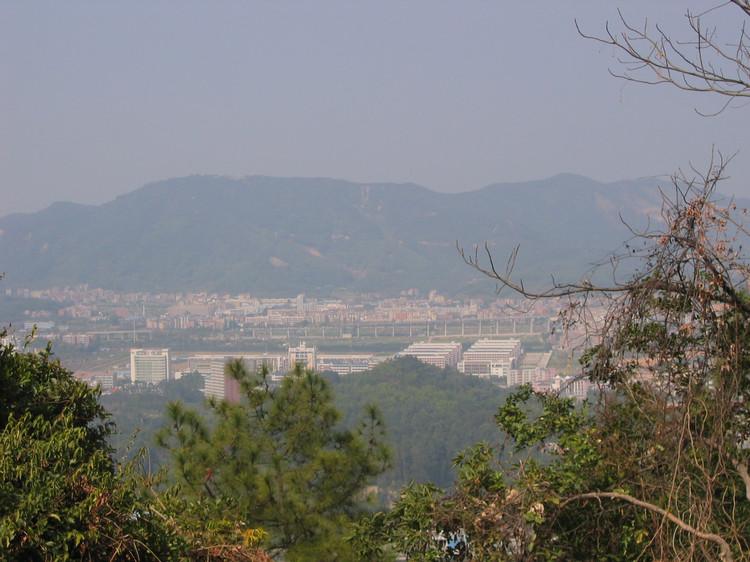 广州火炉山森林公园位于广州市天河区东北部的五山