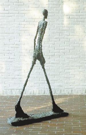 一件阿尔贝托·贾科梅蒂的雕塑作品《要倒下的男人》
