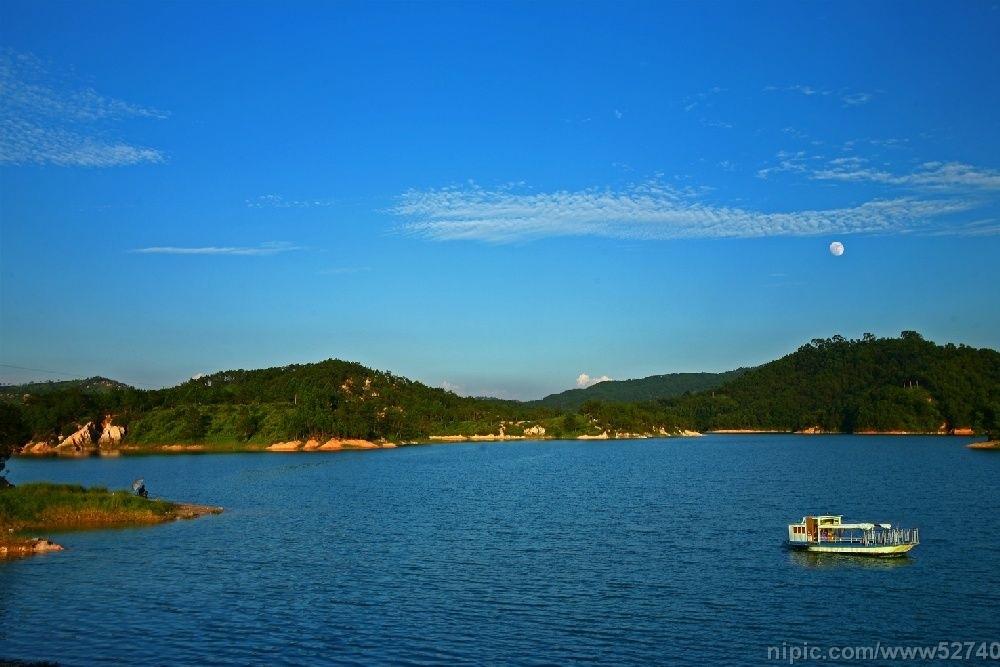 石牛山之西有文峰塔,是金银湖重要景观之一.