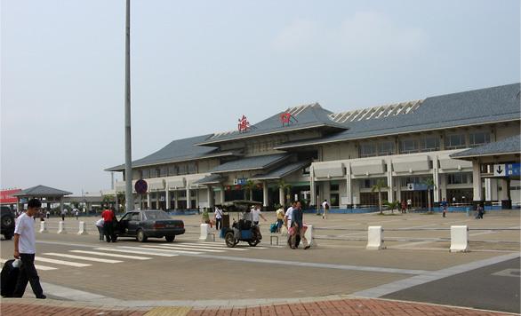 海口火车站是一座以蓝白两色为主基调的宫殿式建筑物