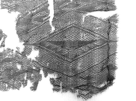 菱纹罗是一种由相邻经线纠绞而织成的罗织物,其图案与当时十分流行的