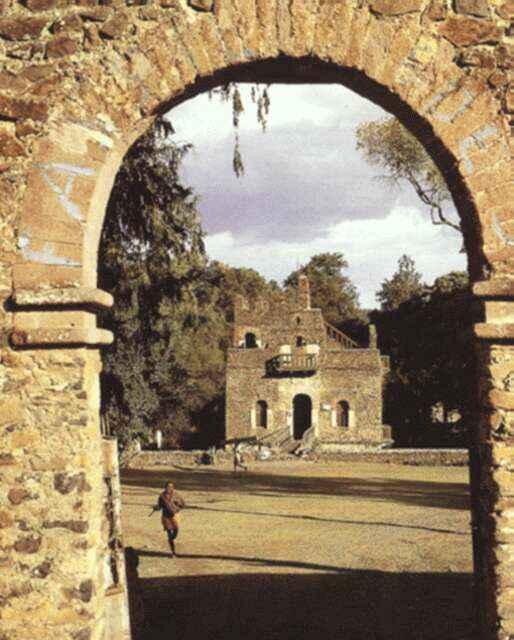 红城的建筑风格,用石块和灰桨建造了一道椭圆形城墙和12座拱形城门.
