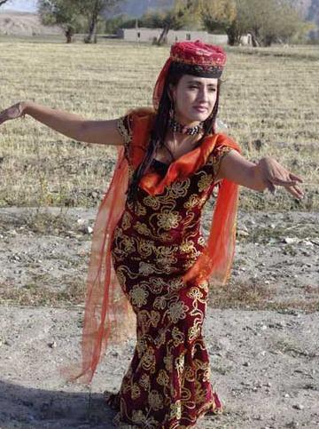 雕塑前的草坪上,75岁的塔吉克族鹰舞传承人库尔班
