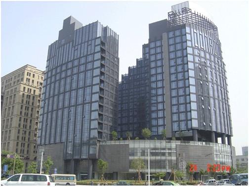 大厦东靠丁香公寓,海关大楼,南临景色怡人的沿山河畔,西与浙江大学